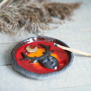 Tamsaus molio apskrita smilkalinė su paauksuotu mėnuliu iš Murdeko keramikos studijos. Smilkalų lėkštutė tinkama smilkalų lazdelėms, Palo Santo medienai, dervoms smilkinti.