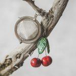Birios arbatos sietelis su vyšniomis. Puiki dovana mėgstantiems gerti plikomą arbatą. Pagaminta su meile Murdeko keramikos dirbtuvėje.
