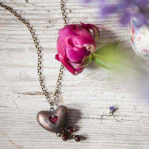 Aromaterapinis širdelės formos pakabutis kimštas natūralia vilna, kuri ilgai išlaiko kvapus. Kaklo papuošalas pildomas eteriniu aliejumi ar kvepalais.