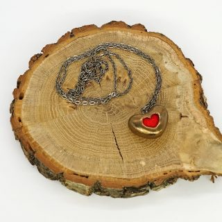 Aromaterapinis širdelės formos papuošalas kimštas natūralia vilna, kuri ilgai išlaiko kvapus. Pomanderis pildomas eteriniu aliejumi ar kvepalais.