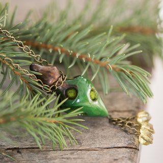 Aromaterapinis žalias kaklo pakabukas kimštas natūralia vilna, kuri ilgai išlaiko kvapus. Pomanderis pildomas eteriniu aliejumi ar kvepalais.