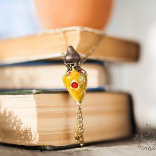 Geltonas aromaterapinis pakabutis kimštas natūralia vilna, kuri ilgai išlaiko kvapus. Pomanderis pildomas eteriniu aliejumi ar kvepalais.