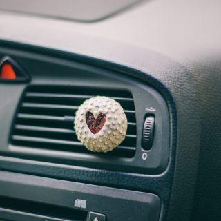 Keraminis automobilio oro gaiviklis kimštas natūralia vilna, kuri ilgai išlaiko kvapus. Salono kvapukas pildomas eteriniu aliejumi ar kvepalais.