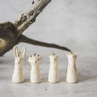 Rankų darbo Kalėdų eglutės žaisliukai žvėreliai. Rinkinys supakuotas dovanų dėžutėje. Pagaminta Murdeko keramikos studijoje.