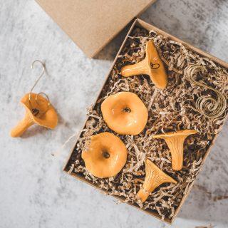 Rankų darbo Kalėdų eglutės žaisliukai - grybai voveraitės. Rinkinys supakuotas dovanų dėžutėje. Pagaminta Murdeko keramikos studijoje.