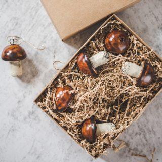 Rankų darbo kalėdiniai baravykai eglutei. Žaisliukų rinkinys supakuotas dovanų dėžutėje. Pagaminta Murdeko keramikos studijoje.