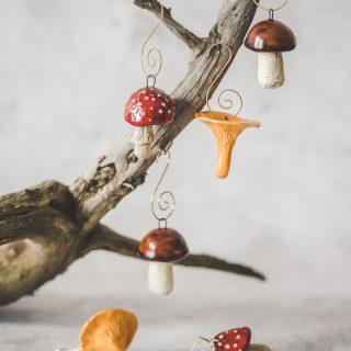 Spalvingi rankų darbo kalėdiniai grybai eglutei. Žaisliukų rinkinys supakuotas dovanų dėžutėje. Pagaminta Murdeko keramikos studijoje.