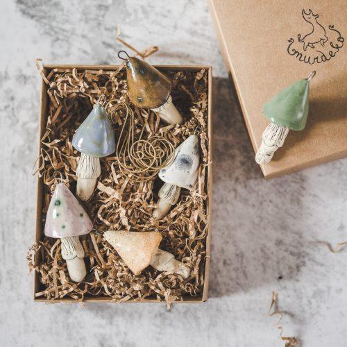 Rankų darbo kalėdiniai magiški grybai eglutei. Žaisliukų rinkinys supakuotas dovanų dėžutėje. Pagaminta Murdeko keramikos studijoje.