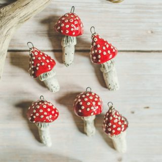 Rankų darbo kalėdiniai raudoni grybai. Eglutės žaisliukų rinkinys supakuotas dovanų dėžutėje. Pagaminta Murdeko keramikos studijoje.