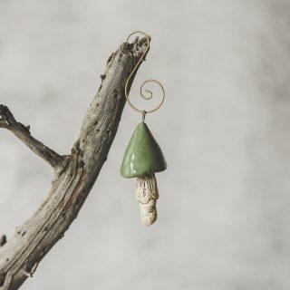Rankų darbo kalėdinis žalsvas grybas. Kalėdų eglutės žaisliukas supakuotas dovanų dėžutėje. Pagaminta Murdeko keramikos studijoje.