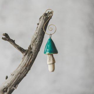 Rankų darbo kalėdinis žydras grybas. Kalėdų eglutės žaisliukas supakuotas dovanų dėžutėje. Pagaminta Murdeko keramikos studijoje.