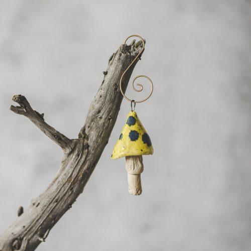Rankų darbo kalėdinis gelsvas grybas. Kalėdų eglutės žaisliukas supakuotas dovanų dėžutėje. Pagaminta Murdeko keramikos studijoje.