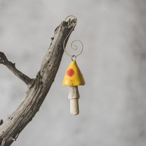 Rankų darbo kalėdinis geltonas grybas. Kalėdų eglutės žaisliukas supakuotas dovanų dėžutėje. Pagaminta Murdeko keramikos studijoje.