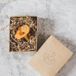Rankų darbo kalėdinis grybas voveraitė. Kalėdų eglutės žaisliukas supakuotas dovanų dėžutėje. Pagaminta Murdeko keramikos studijoje.