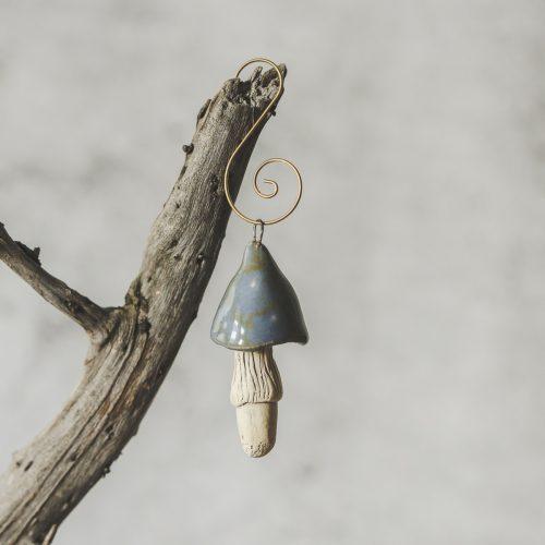 Rankų darbo kalėdinis melsvas grybas. Kalėdų eglutės žaisliukas supakuotas dovanų dėžutėje. Pagaminta Murdeko keramikos studijoje.