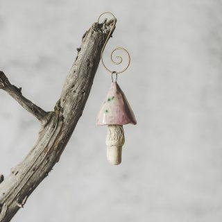 Rankų darbo kalėdinis pelkių grybas. Kalėdų eglutės žaisliukas supakuotas dovanų dėžutėje. Pagaminta Murdeko keramikos studijoje.