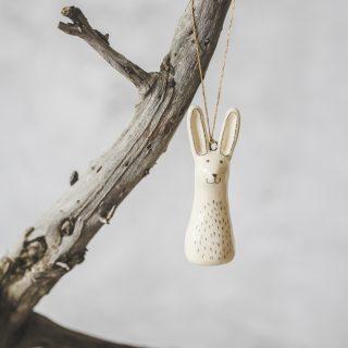 Rankų darbo Kalėdų eglutės žaisliukas - kiškis. Kalėdinis suvenyras supakuotas dovanų dėžutėje. Papuošimas pagamintas Murdeko keramikos studijoje.