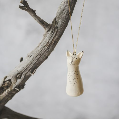 Rankų darbo Kalėdų eglutės žaisliukas - lapė. Kalėdinis suvenyras supakuotas dovanų dėžutėje. Papuošimas pagamintas Murdeko keramikos studijoje.