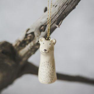 Rankų darbo Kalėdų eglutės žaisliukas - lokys. Kalėdinis suvenyras supakuotas dovanų dėžutėje. Papuošimas pagamintas Murdeko keramikos studijoje.