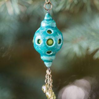 Mėlynas aromaterapinis kaklo papuošalas kimštas natūralia vilna, kuri ilgai išlaiko kvapus. Pomanderis pildomas eteriniu aliejumi ar kvepalais.