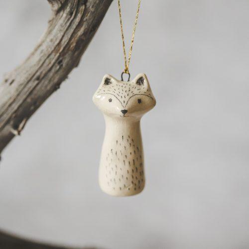Rankų darbo Kalėdų eglutės žaisliukas - meškėnas. Kalėdinis suvenyras supakuotas dovanų dėžutėje. Papuošimas pagamintas Murdeko keramikos studijoje.