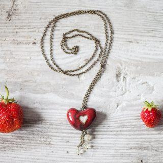 Aromaterapinis pakabukas Raudona širdelė kimštas natūralia vilna, kuri ilgai išlaiko kvapus. Pomanderis pildomas eteriniu aliejumi ar kvepalais.