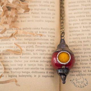 Aromaterapinis puošnus kaklo pakabukas kimštas natūralia vilna, kuri ilgai išlaiko kvapus. Pomanderis pildomas eteriniu aliejumi ar kvepalais.
