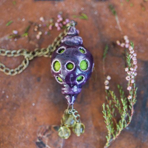 Violetinis kvapnus pakabukas kimštas natūralia vilna, kuri ilgai išlaiko kvapus. Papuošalas pildomas eteriniu aliejumi ar kvepalais.