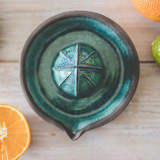 Keraminė mėlyna citrusų sulčiaspaudė. Puikiai tinka citrinoms, laimams, mažiems apelsinams spausti. Nuglazūruota sąlyčiui su maistu tinkančia glazūra.