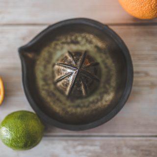 Ruda keraminė citrinų sulčiaspaudė. Puikiai tinka citrusiniams vaisiams spausti. Nuglazūruota sąlyčiui su maistu tinkančia glazūra.